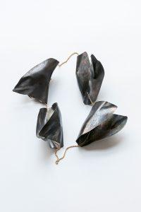 Eine sehr außergewöhnliche Halskette mit geformten Titanornamenten