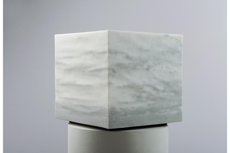 Quadratischer weiß grauer Stein mit einer besonderen Maserung