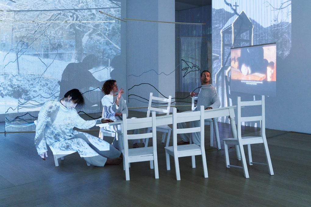 Ausstellungsansicht von SOMA mit Tänzern